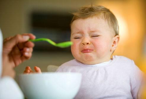 Como os alimentos são completamente novos pro bebê, é normal que ele resista no início.