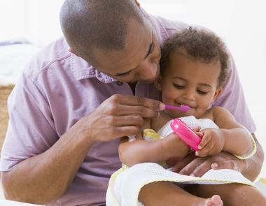 Estimule seu filho a adquirir o hábito de escovar os dentes sempre.
